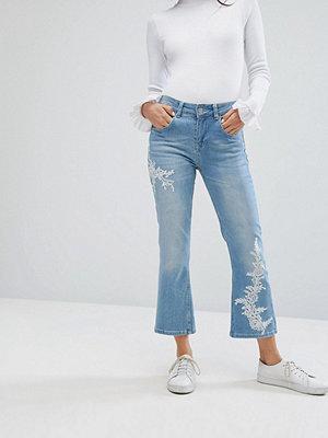Uncivilised Utsvängda jeans med brodyr Mellanmörk indigoblå