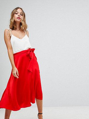 ASOS Petite Midikjol i satin med self-skärp Röd