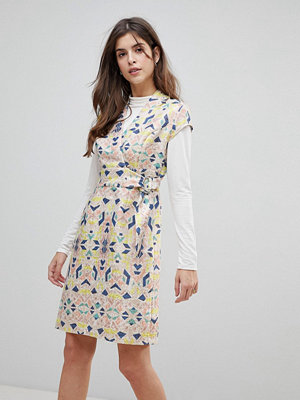 Liquorish Cap Sleeve Geoprint Dress With D-Ring And Attached Belt - Multicolor and glitt