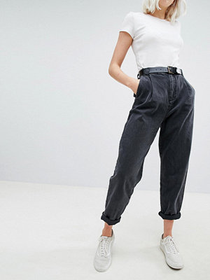 ASOS DESIGN Tapered Jeans With Curved Seams And Belt In Washed Black - Washed black