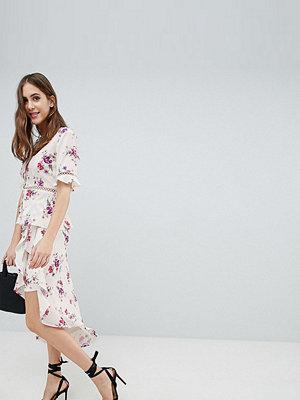 Fashion Union Tall Omlottkjol med volangprydd asymmetrisk nederkant i blommigt vintagemönster