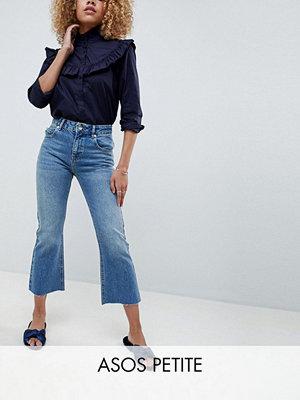 ASOS Petite Egerton Utsvängda jeans i kort modell och mellanblå vintagetvätt Medeltvättat vintage-stuk
