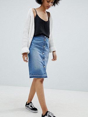 Jdy Blå jeanskjol i midimodell med knäppning Ljusblå demin
