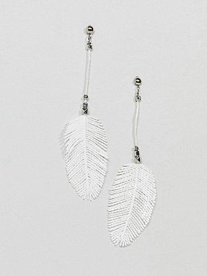 ASOS örhängen DESIGN Faux Feather And Engraved Bead Drop Earrings