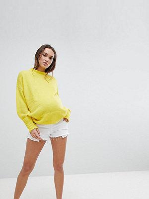 ASOS Maternity Alvey Vita jeansshorts med medelhög midja och råskuren fåll