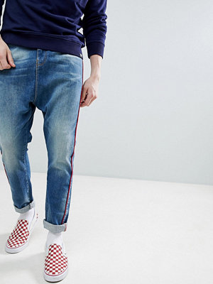 ASOS DESIGN Drop Crotch Jeans In Mid Wash Neppy Blue With Red Piping - Mid wash blue