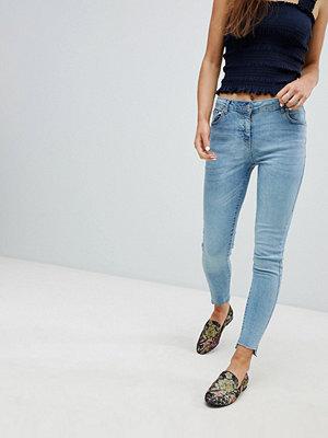 Parisian Skinny jeans med asymmetrisk nederkant