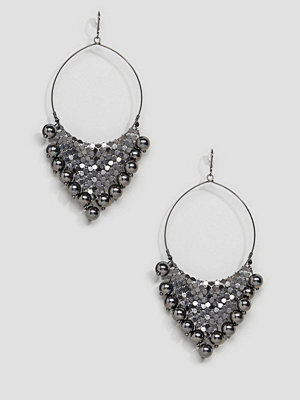 ASOS örhängen DESIGN Chainmail Ball Charm Hoop Earrings - Burnished silver