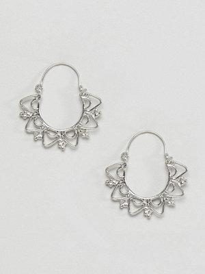 ASOS örhängen DESIGN Cut Out Scallop Edge Hoop Earrings - Silver