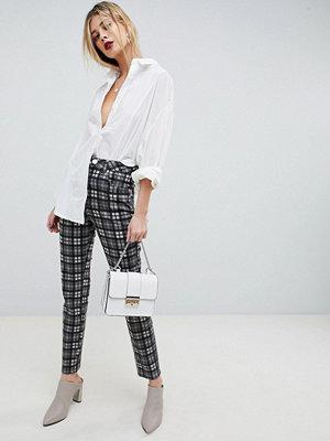 ASOS DESIGN Farleigh Svartvitrutiga mom jeans med smal passform och hög midja Mono