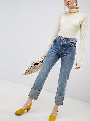 ASOS DESIGN Florence oxfordtvättade jeans med raka ben och djupa uppvik Mellanblå färg