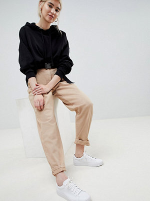 ASOS DESIGN Tapered Jeans With Curved Seams And Belt In Sand - Sand