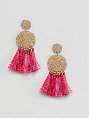 ASOS örhängen DESIGN Hammered Metal Disc Tassel Earrings - Raspberry
