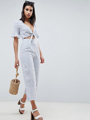 ASOS DESIGN tea jumpsuit with cut out and tie detail in linen in stripe - Stripe