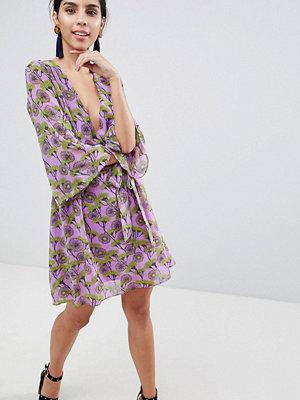 Liquorish Floral Print Dress With V Front And Kimono Sleeve - Lilac