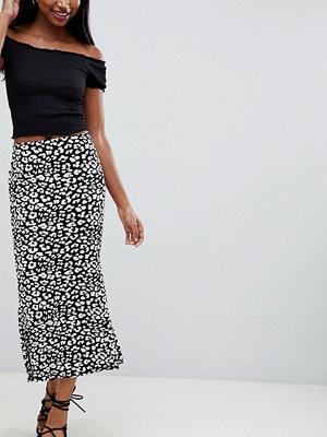 ASOS DESIGN kickflare midi skirt in mono leopard print - Mono
