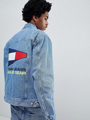 Jeansjackor - Tommy Jeans 90s Sailing Capsule Denim Jacket with Back Flag Logo in Mid Wash - Mid blue denim