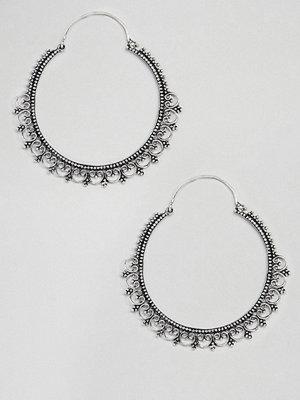ASOS örhängen DESIGN Large Cut Out Filligree Detail Hoop Earrings - Rhodium