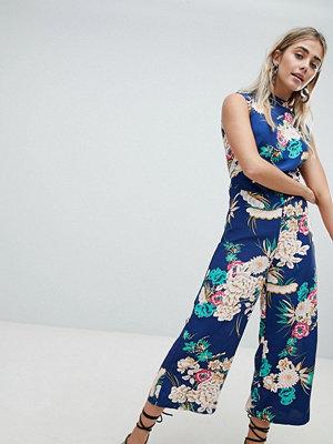 Missguided Jumpsuit i culottemodell med öppen rygg och hög krage Mörkblå blommig