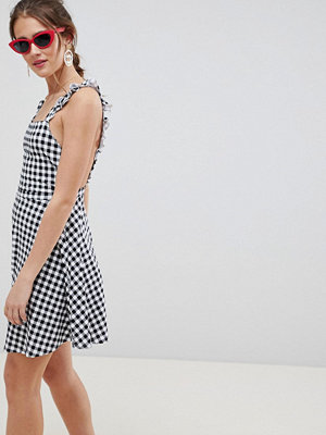 ASOS DESIGN gingham pinafore mini sundress - Black/white