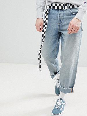 ASOS DESIGN Skater Jeans in Light Wash Blue With Checkerboard Belt - Light wash blue