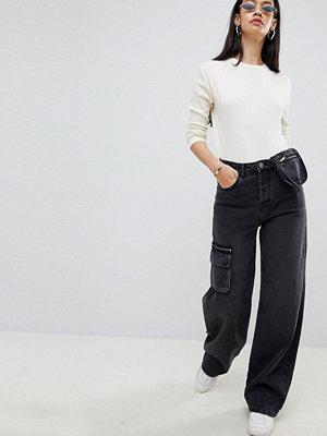 ASOS DESIGN Svarta skaterjeans med stora fickor och magväska Tvättad svart