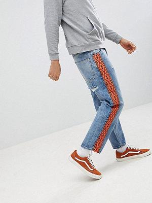 ASOS DESIGN Skater Jeans In Vintage Mid Wash With Orange Aztec Side Stripe - Mid wash vintage