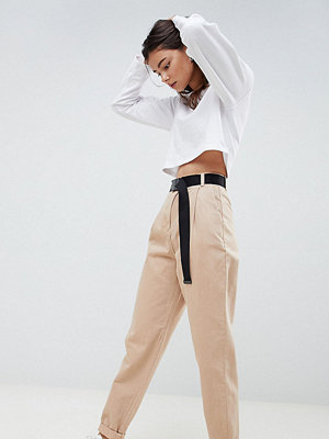 Asos Tall ASOS DESIGN Tall tapered jeans with curved seams and belt in sand - Sand