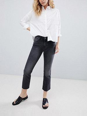 BETHNALS Tilly Korta jeans med utsvängda ben Tvättad svart