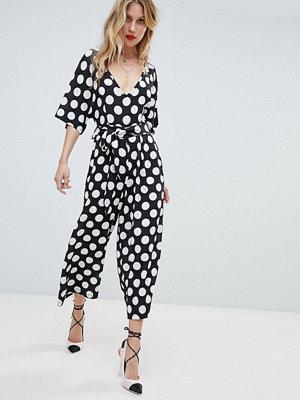 Boohoo Polkaprickig jumpsuit i oversize med culotte-byxa