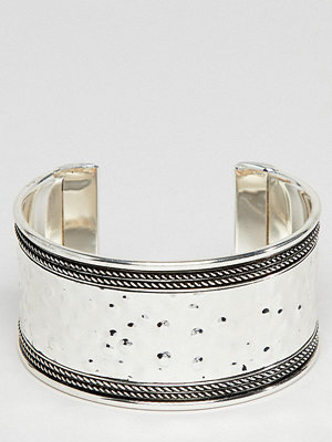 ASOS Curve armband ASOS DESIGN Curve Exclusive Hammered And Engraved Cuff Bracelet - Burnished silver