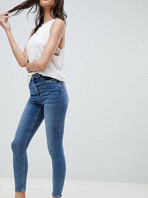 ASOS DESIGN Ridley Mellanblå urtvättade smala jeans med hög midja Mellanblå färg
