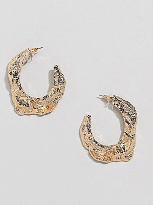 ASOS örhängen DESIGN hoop earrings in textured metal