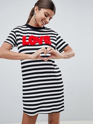 PrettyLittleThing Slogan Love Striped T -Shirt Dress - Black and white