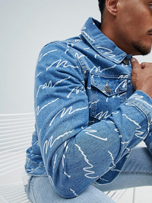 Jeansjackor - boohooMAN denim jacket with man print in blue wash