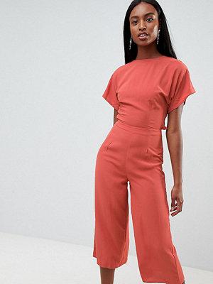 Missguided Tall Exklusiv jumpsuit i culotte-modell med öppen rygg Mörkrosa