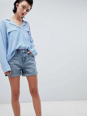 Weekday Boyfriend shorts med rullad fåll i week blue Week blue