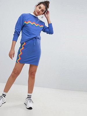 Daisy Street Kjol med regnbågsmönstrade vågiga ränder Koboltblått