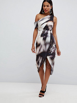 ASOS DESIGN one shoulder hammered satin dress in abstract print - Nude abstract