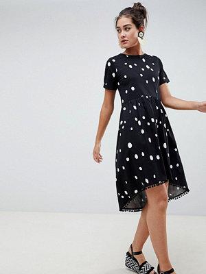 ASOS DESIGN smock dress with hi lo pom pom hem in spot print - Mono spot