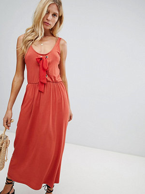 Warehouse midaxi dress with tie front detail in rust - Rust