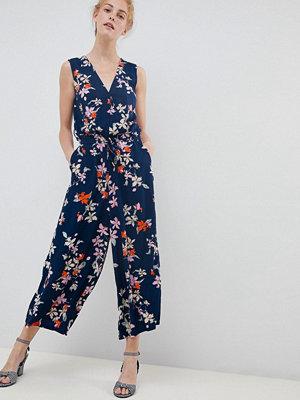Soaked in Luxury Blommig omlottjumpsuit Mörkblå blommigt mönster