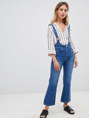 Jeans - ASOS DESIGN Egerton Utsvängda jeans med kort benlängd och hängslen Vintage-tvätt