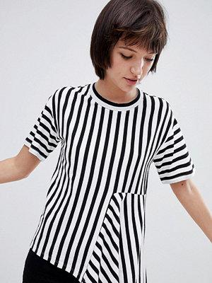 Monki Svart och vit t-shirt med asymmetriska ränder Svart/vit
