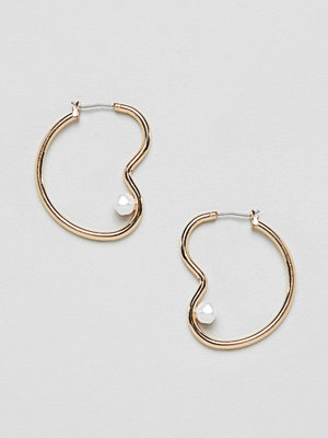 ASOS örhängen DESIGN earrings in abstract open shape with faux fresh water pearl