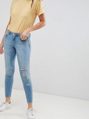 Jdy - Blommiga jeans med slitna detaljer och smal passform Ljusblå demin