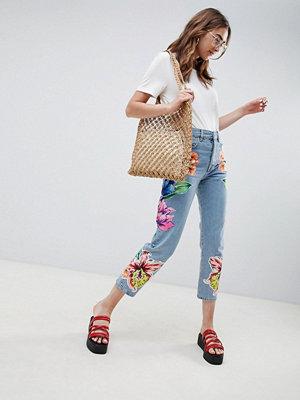 ASOS DESIGN Stela jeans med raka ben i cambridge-tvätt med blomapplikationer Ljus sten