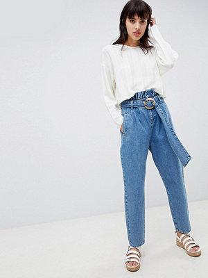 ASOS DESIGN Jeans med paper bag midja i blå tvätt med detalj i skärp