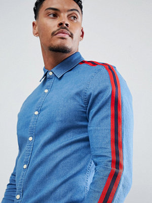 ASOS DESIGN skinny fit denim shirt with red tape detail - Mid wash