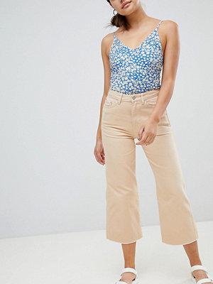 Weekday Jeans i kort modell med råskuren fåll Persika